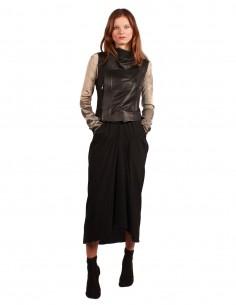 Jupe en soie drapée asymétrique noire.