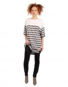 Tee-shirt BALMAIN oversize rayé noir et blanc.